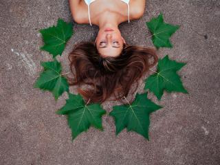 обои Девушка на асфальте с листьями клена фото