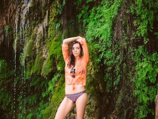 обои Мокрая девчонка на фоне водопада в оранжевой рубашке фото