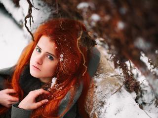 обои Девушка с красными волосами в зимнем лесу фото