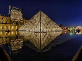 обои для рабочего стола: Пирамида Лувра в ночь