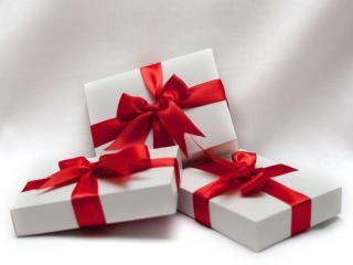 обои Подарки с красной лентой фото
