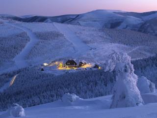 обои для рабочего стола: Турбаза в зимних горах