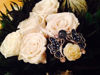 обои Брошь и белые розы фото