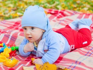 обои Малыш в синем костюме и красных штанишках фото