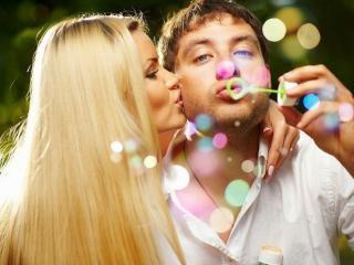 обои Он,   она и цветные пузыри фото