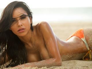обои Брюнетка в песке фото