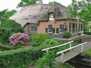 обои Кирпичный домик в Голландской деревне Гитхорн (Giethoorn) фото