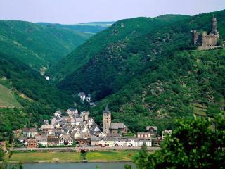 обои Маленький городок и замок в горах фото