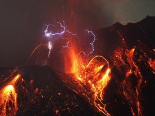 обои для рабочего стола: Вулкан и молнии