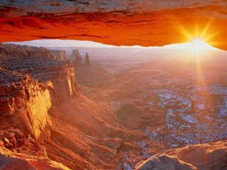 обои Красные горы в лучах солнца фото