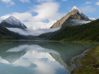 обои для рабочего стола: Аккемское озеро. Вдалеке — гора Белуха