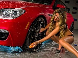 обои Девушка моет красную машину фото