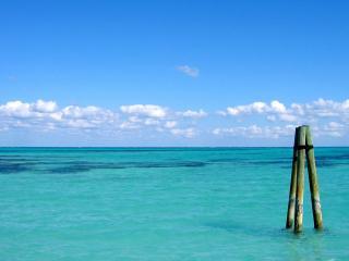 обои для рабочего стола: Три палки на берегу океана