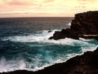 обои Бьющиеся о скалы волны фото