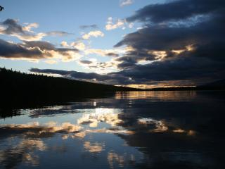 обои Мрачное озеро фото