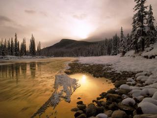 обои Горная река среди снегов фото