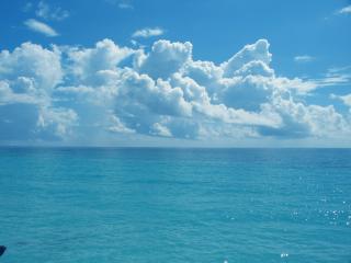 обои Белые облака за морем фото