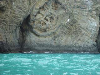 обои Прозрачная вода у горы фото