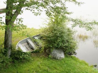 обои Одинокая лодка у берега фото