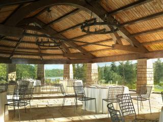 обои Открытый ресторан с видом на озеро фото