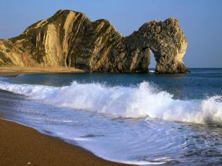 обои Проход в скале и волнение моря фото