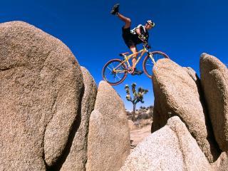 обои Balance on Red Rock Gap, Yucca Valley, California фото