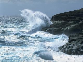 обои Волны бьются о скалы фото