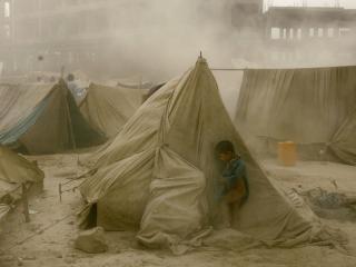 обои Ребенок у палаток фото