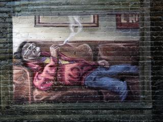 обои Граффити на тематику GTA IV - чел на диване фото