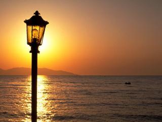 обои Фонарь на фоне морского заката фото