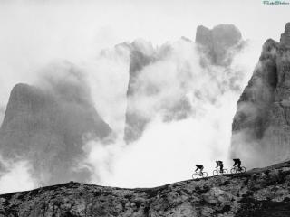 обои Три велосипедиста в горах фото