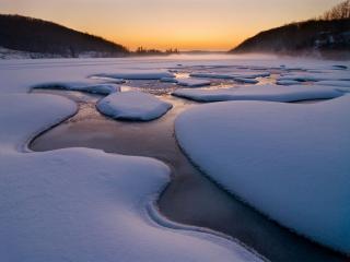 обои Замерзший зимний ручей фото