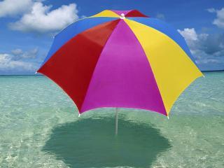 обои Разноцветный зонт в море фото