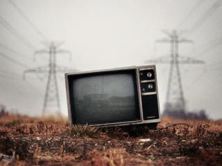 обои Телевизор на поле, посреди радиации фото