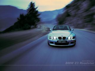 обои BMW едет по дороге фото