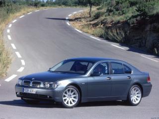 обои BMW стоит на дороге фото